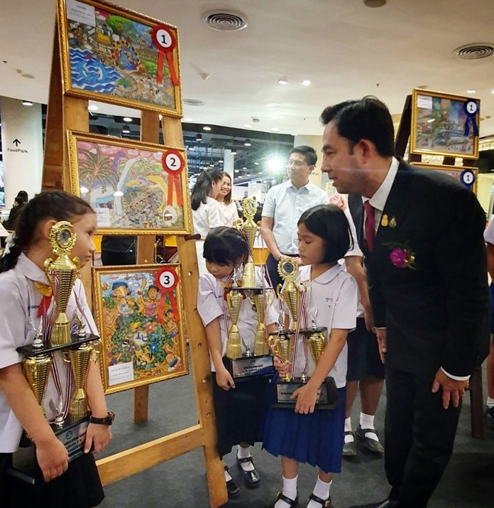 Culture Minister Itthiphol Kunplome takes a close look at some of the winning artworks.