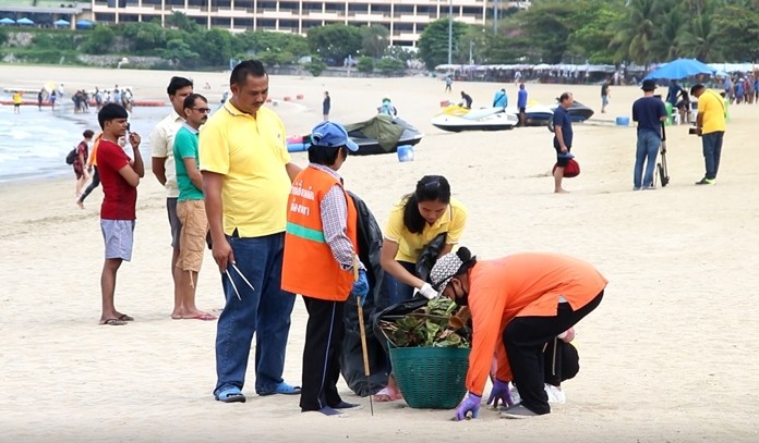 Dozens of volunteers and city workers teamed up with local herbal business operators to stage a garbage collection day on Pattaya Beach.