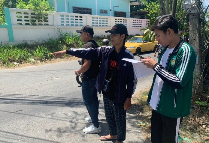 Apiwit Kumsrisuk and Attapol Intaraninwat show police where they were robbed on a dark street behind Rungreung Village.