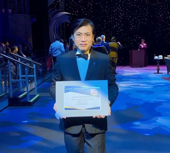 Receiving the Gold Award on behalf of the Bangkok Club is Pichai Visutriratana, the club's events director.
