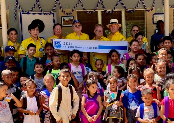 The visiting Skål members from Thailand donated free backpacks for 120 poor village school children in Honduras.