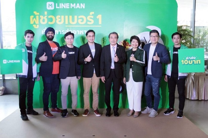 Deputy Mayor Ronakit Ekasingh, Jeden Kung, Strategy President and Director of LINE Man, and Waranan Chuangchum, Chief of Business and Marketing Development hold a press conference to announce the new service.
