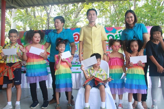 Banglamung District Chief Amnart Charoensri presents scholarships to the pretty dancers.
