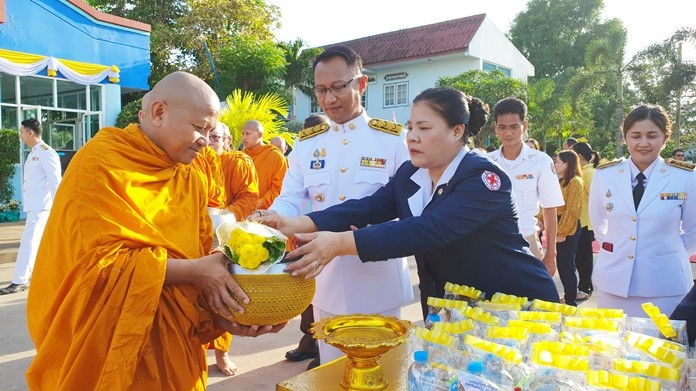 In Sattahip, Sattahip District Officer Anucha Intasorn leads government officers from 30 organizations to perform alms offerings of rice and dried foods to 89 monks from 9 temples.