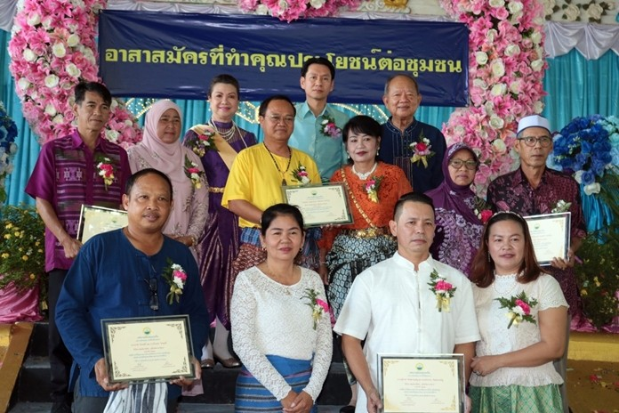 "Government officials from Nongprue Municipality honored community volunteers on the 3rd ""Pinto Love - Thai Volunteers Day"" Oct. 21."