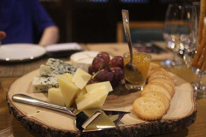 A cheese and cracker hors d'oeuvres plate was served with the Highland.