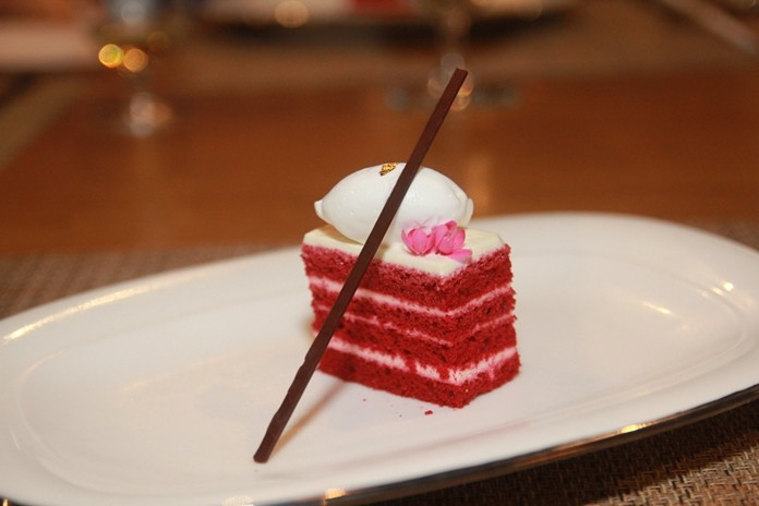Sweets, such as various cakes, suitable to be served with Lowland.
