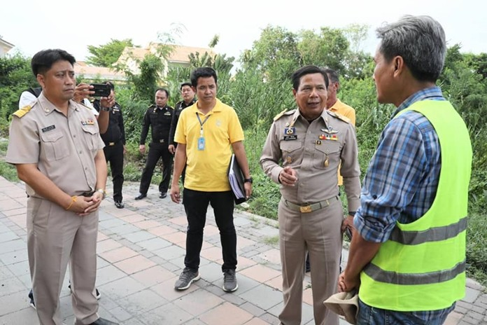 Pattaya's deputy city manager, Sutham Khetpetch, took a team of officials out to Jomtien 2nd road to check on the progress and urged the constructors to work around the clock