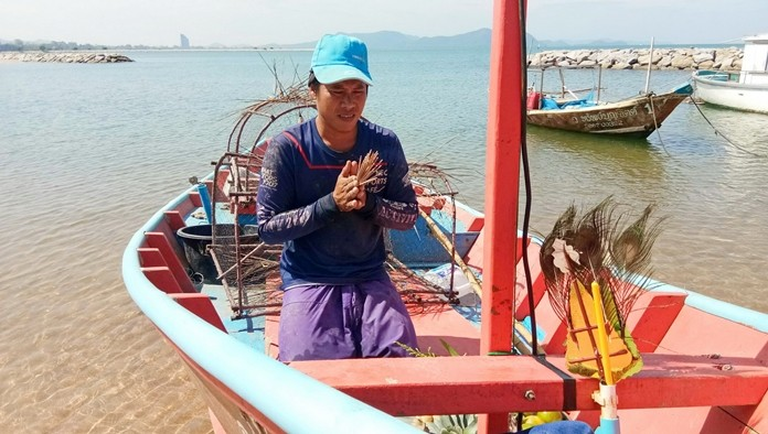 Teerapong Boonwat, 24, found a corpse floating in the ocean near Koh Ped about 3 nautical miles away from Ban Aumpher Beach.