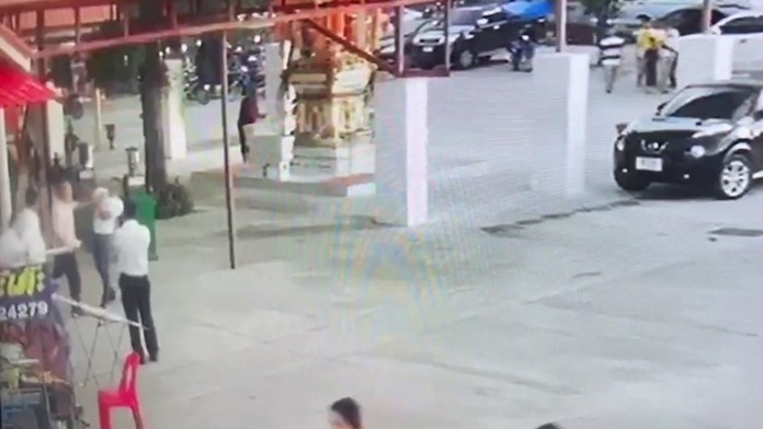Nongprue Mayor Mai Chaiyanit was caught on CCTV footage slapping the face of Wat Boonsamphan treasurer, Wanchai Sanngam, who was found to be using temple funds for personal gain by exploiting Chinese tour groups.