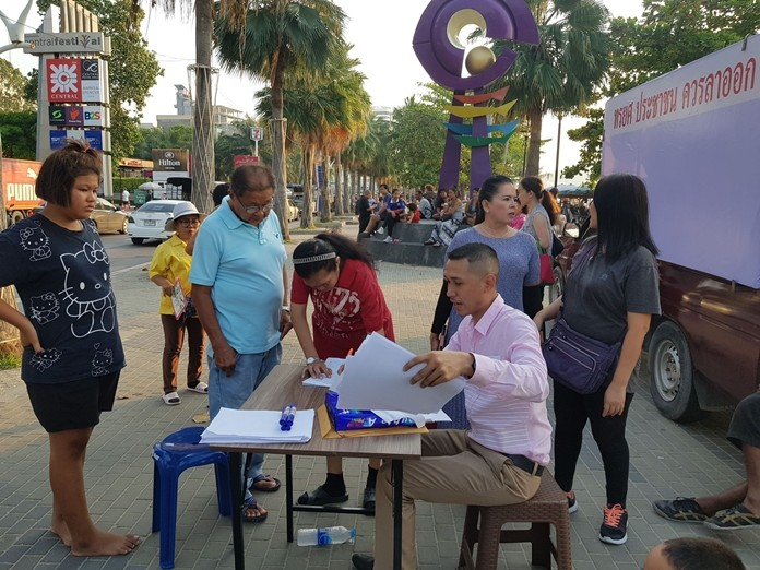 """A group of people who voted for Future Forward Party candidate Kawinnart Takee, MP of constituency 7 Chonburi now want her to resign, allegedly because she voted """"yes"""" for the national budget, so they set up a table on Beach Road to gather signatures - without permission from the city."""