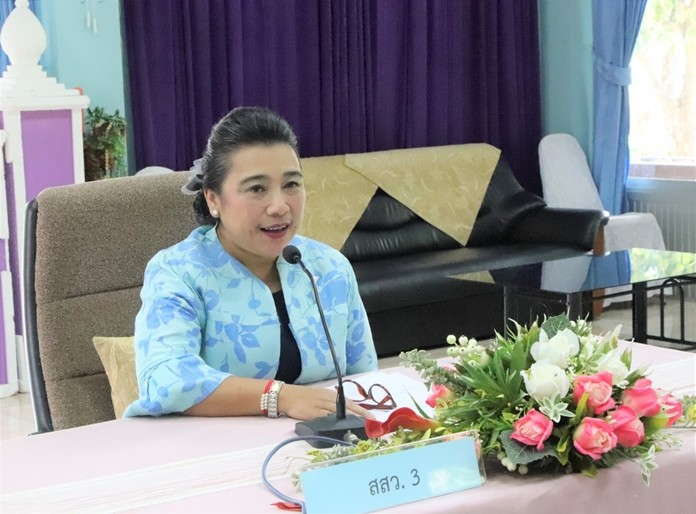 Rungtiwa Suddan with the lengthy title, Director of Technical Promotion and Support Office 3, Ministry of Social Development and Human Security, Chonburi, chaired at meeting at the Women and Family Development Learning Center to plan next year's social center to achieve the most public benefit.