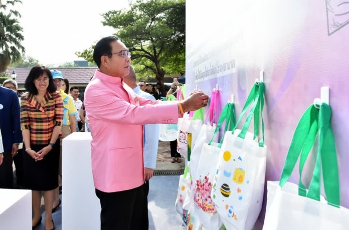 The Prime Minister has invited the general public to opt for reusable fabric bags instead of single-use plastic bags, to help reduce waste and pollution.