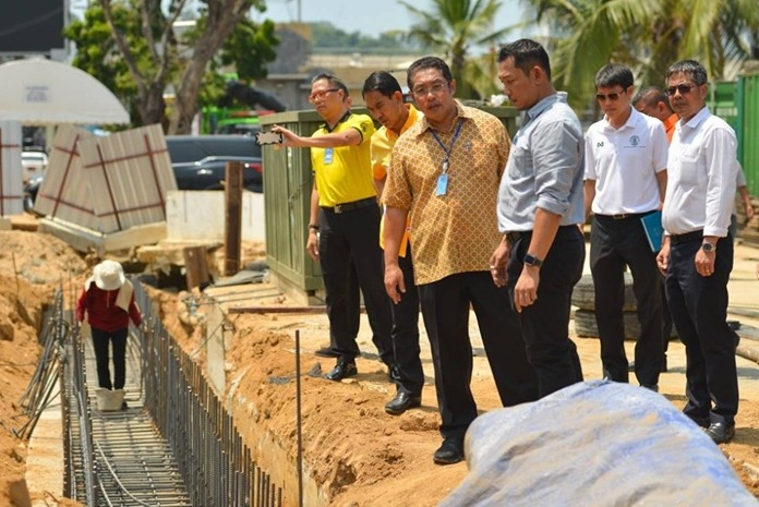 Mayor Sonthaya Kunplome and his team have instructed the Pattaya City Provincial Electric Authority, Provincial Waterworks Authority Pattaya Branch, and communication cabling systems to expedite their work along Pattaya Beach Road.
