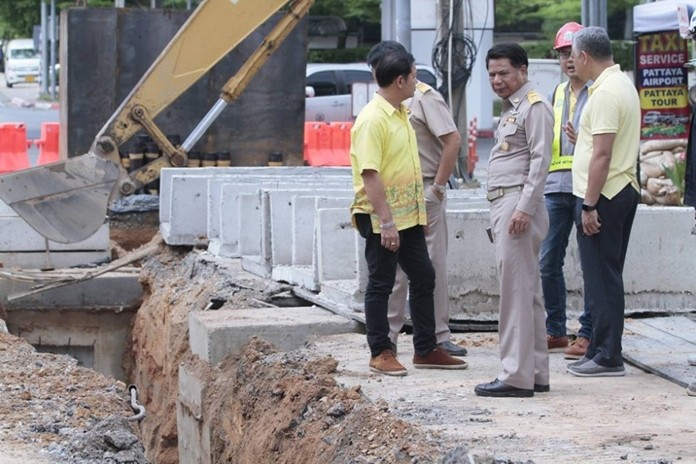 Pattaya Deputy Manager Sutham Petchket and his team visited three road construction sites to show city hall is still keeping an eye on the work.
