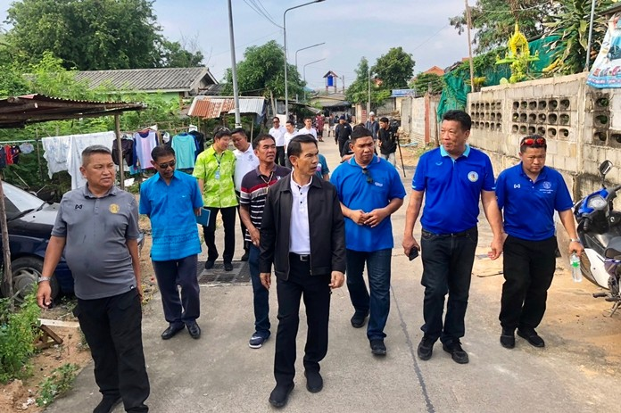 Deputy Mayor Pattana Boonsawad visited the Railway Road community and promised to address their concerns.
