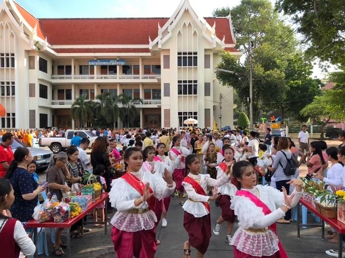 Students from Pattaya City Schools perform Thai dance at Wat Chaimongkol Royal Temple.