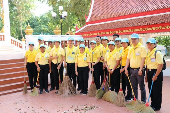 Banglamung District Chief Amnart Charoensri, accompanied by volunteers from 904 Vor Por Raw, cleaned Wat Nongprue to commemorate the royal anniversary of HM King Rama IV's birth.