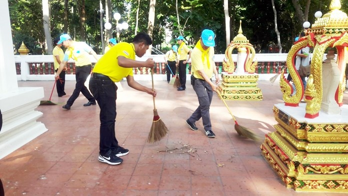 Volunteers swept the main hall and cleaned up the area surrounding the temple in order to do good deeds in commemoration of HM King Mongkut's kindness towards his subjects.