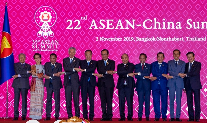 Chinese Premier Li Keqiang, fifth from left, shake hands with ASEAN leaders, from left, Malaysian Prime Minister Mahathir Mohamad, Myanmar State Counsellor Aung San Suu Kyi, Philippines President Rodrigo Duterte, Singapore Prime Minister Lee Hsien Loong, Thailand Prime Minister Prayuth Chan-ocha, Vietnam Prime Minister Nguyen Xuan Phuc, Brunei Sultan Hassanal Bolkiah, Cambodia Prime Minister Hun Sen, Indonesia President Joko Widodo, and Laos Prime Minister Thongloun Sisoulith during ASEAN-China summit in Nonthaburi, Thailand, Sunday, Nov. 3, 2019. (AP Photo/Gemunu Amarasinghe)