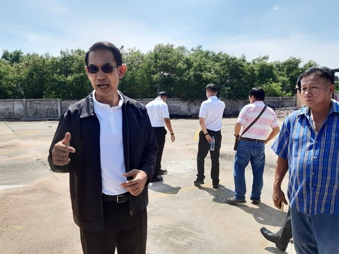 Deputy Mayor Pattana Boonsawad met Nov. 4 with Tatpong Katiwanitch, general manager of Muang Pattaya Co., to ask permission for residents of the Thepprasit Housing Project to use the market's parking lot.
