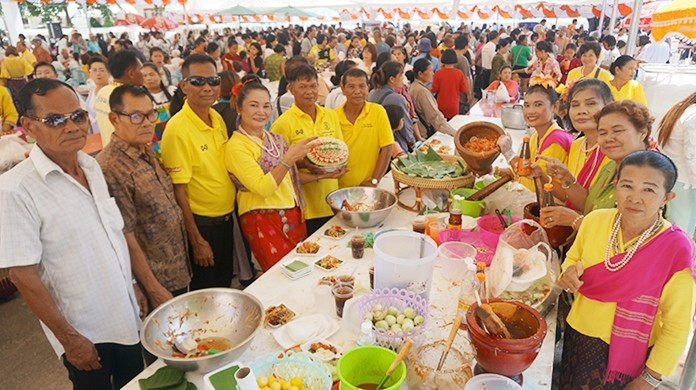 Residents from several communities provided free food for 1,000 poor people.