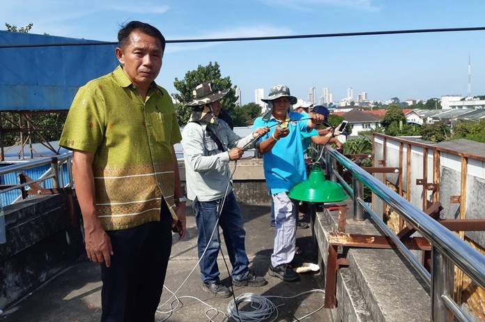 Assistant City Manager Passakorn Usomboon led engineers to install lights at the overpass over Sukhumvit Road at Soi Tonkrabok 33.