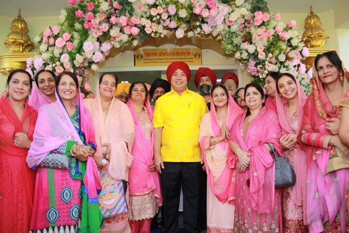 Mayor Sonthaya poses for a photo with the lovely Sikh ladies.