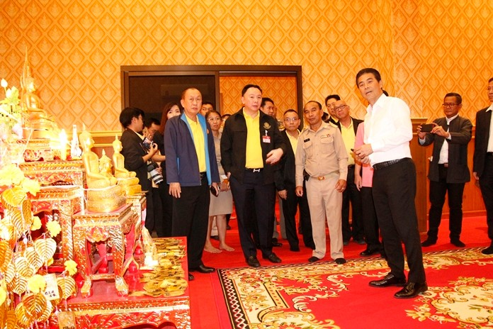 Minister Tewan Liptapanlop (right) together with a team of government officials inspects the amulet stalls at Wat Nongket Yai.