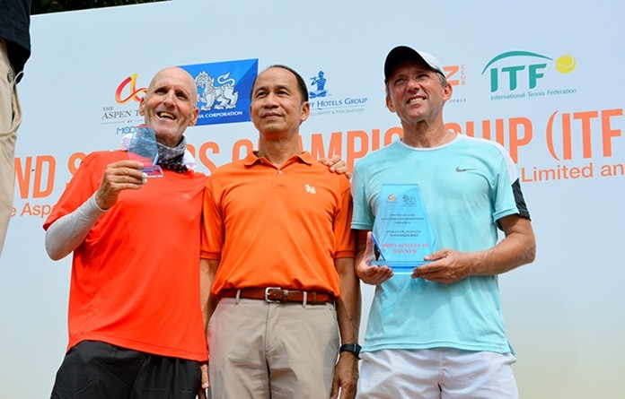 Men Singles 60+ (L to R) Simon Rapoport (ISR), Singha Corporation sponsor agent, and Jiri Cermak (CZE).