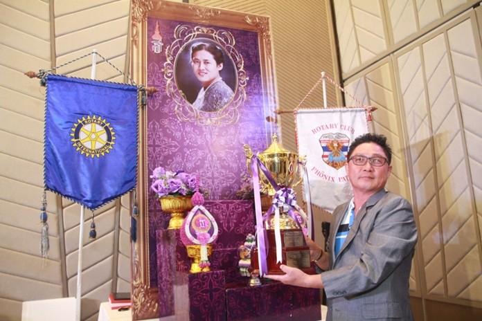 Jung Chum Park of South Korea with the highest of respect raises the HRH Princess Maha Chakri Sirindhorn Trophy.