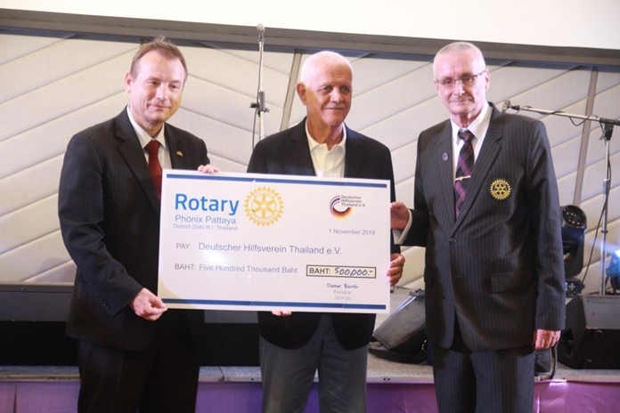 President Dieter Barth of the Rotary Club of Phoenix Pattaya presents a donation of 500,000 baht to Hagen Dirksen, Vice Chair of the German Aid Association Thailand (Deutscher Hilfe Verein e.V.).