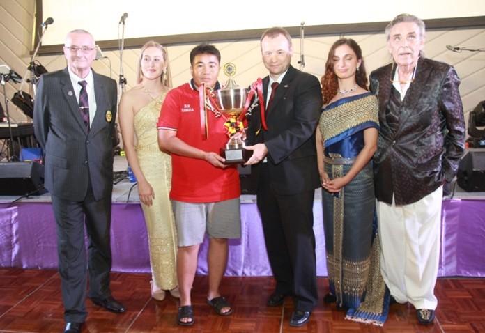 H.E. Georg Schmidt presents the Ambassador's trophy to Kampanart Tangamatakul.