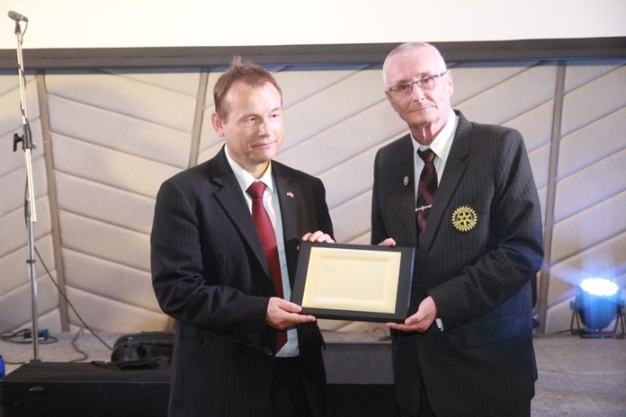 President Dieter Barth (right) inducts HE Georg Schnidt as an Honorary member of the Rotary Club of Phoenix Pattaya.