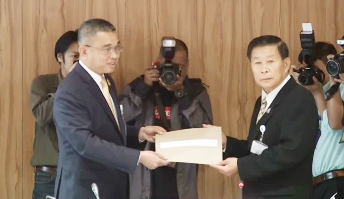 Gen. Chaicharn Changmongkol (left) on behalf of Prime Minister submits documents to clarify the oath-taking issue to Pol. Gen. Sereepisuth Temeeyaves.