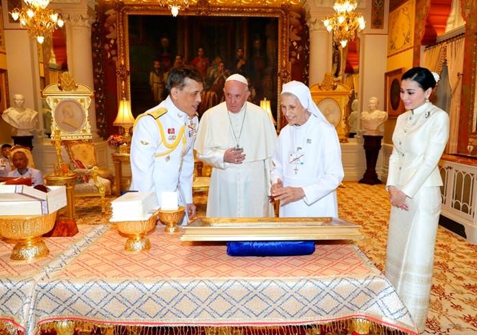 HM King Maha Vajiralongkorn and HM Queen Suthida greet Pope Francis and his cousin Ana Rosa Sivori, at Dusit Palace Thursday, Nov. 21, 2019, in Bangkok, Thailand.(The Royal Household Bureau via AP)