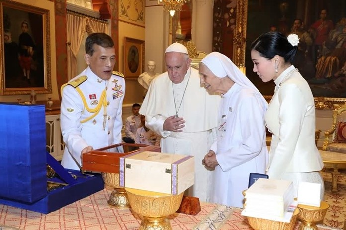 Their Majesties exchange gifts with Pope Francis, during the pope's visit to the Dusit Palace in Bangkok, Nov 21.