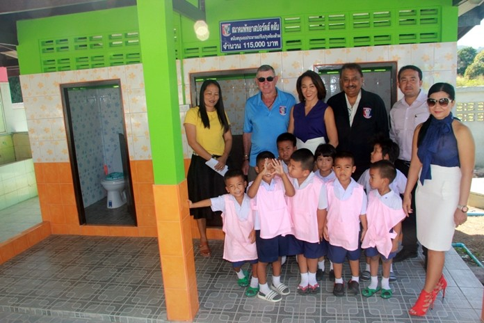 VP Tim Knight, Ingkarat Chaimongkon, Peter Malhotra, Pakphum Phumisart and Noi Emerson with a teacher and the kindergarten children at the handover ceremony.