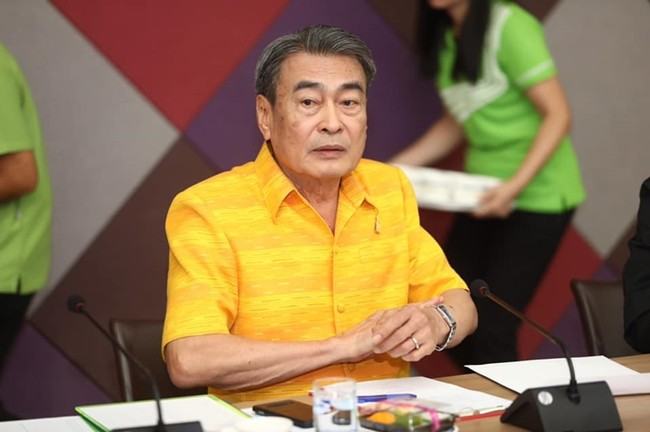 Deputy Mayor Ronakit Ekasingh chairs a Pattaya Countdown New Year's music festival planning meeting with police.