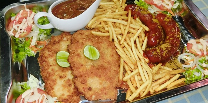 An excellent combination of schnitzel and currywurst.