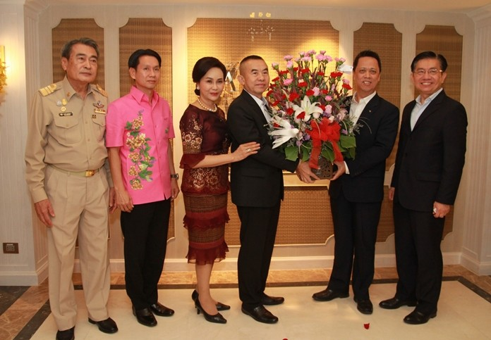 Pol. Lt. Gen. MontreeYimyam presents a bouquet to Neoh Kean Boon as the other dignitaries look on.