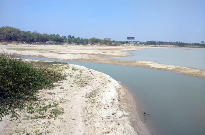 Water volumes in the Mabprachan and Huay Chak Nok reservoirs have decreased steadily.