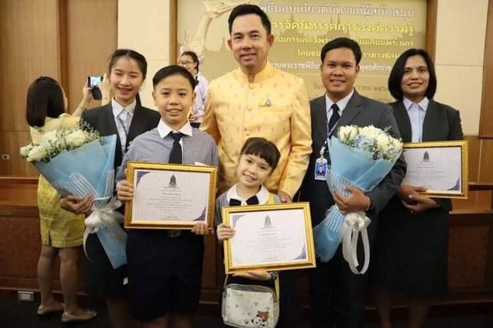 On Wednesday 11th December 2019 at the Ministry of Culture Convention Center, students from Satit Udomseuksa School were awarded certificates of participation at 'The Royal Coronation Ceremony for the 10th King of Thailand'. Culture Minister Itthiphol Kunplome presented the certificates to Miss Chanida Chomchaloa (Primary 2) and Master Dejchanop Chomchaloa (Primary 5) for their involvement.