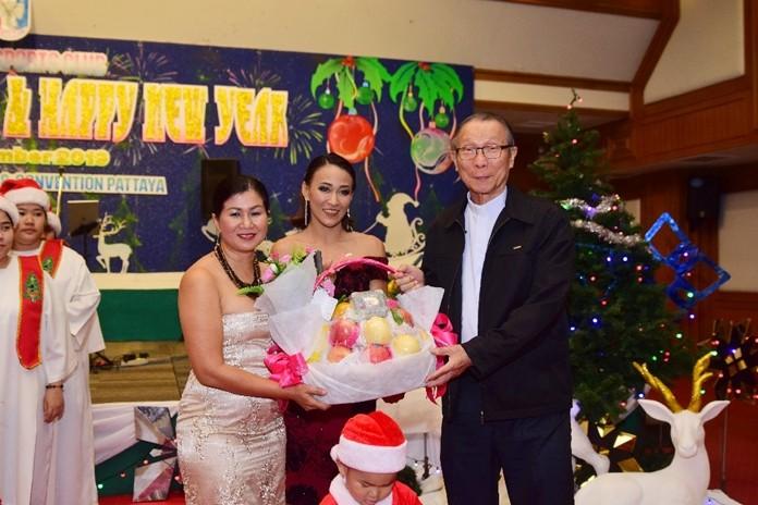 Noi Emmerson and Ingakarat Chaimongkon present a gift of appreciation to Rev. Fr. Michael Weera Phangrak, Director of Pattaya Orphanage.