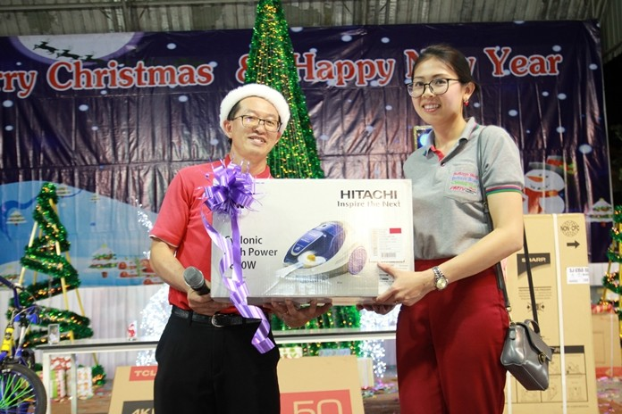 Pattaya Mail Sales & Marketing Manager Nutsara 'Nuch' Duangsri wins a vacuum cleaner.