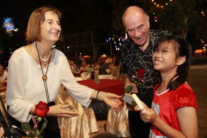 Dr. Otmar and Dr. Margret Deter present gifts to happy children.