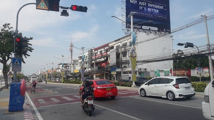 Pattaya City Hall once again is trying to get drivers to heed pedestrian crossing signals and crosswalks, and to not blow through the red lights at crossing signals.