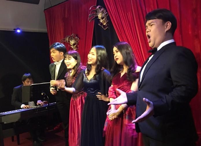 (L-R) Anant Changwaiwit (pno); Jorn Yasavudhi; Lim Sin Mei, Duangamorn Fu, Pariyachart Sitthidamrongkorn and Jatupol Pinthip. (Photo: Thongjan Thongtanee)