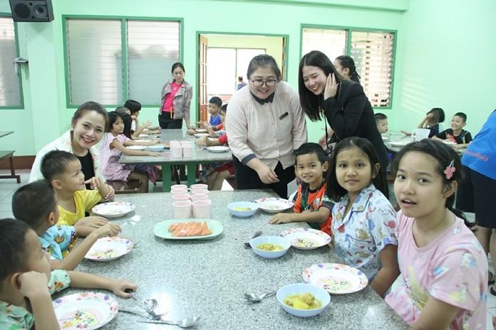Public Relations Manager Deeda Panchita Rungwimolrat, Public Relations Officer Beena Orawan Tunanta, and Centara Grand Mirage staff take good care of the children.
