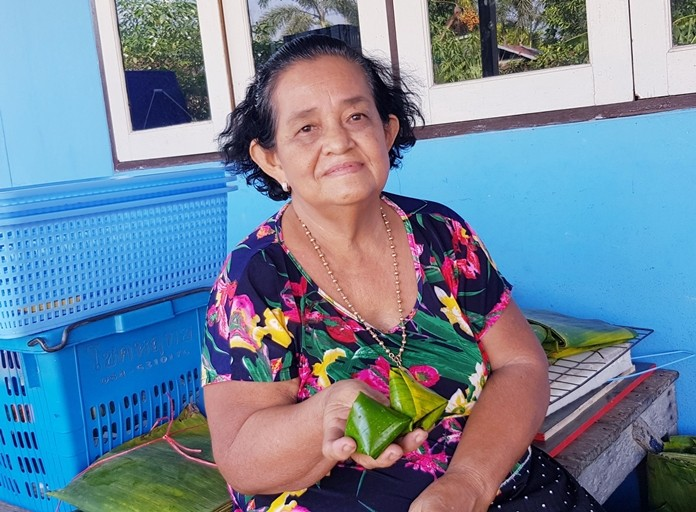 Aunty Sailom offers us to taste her delicious Kanom Thian.